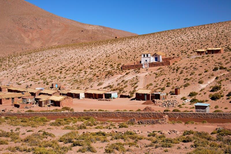 Village Machuca d'Altiplano avec une église typique images stock