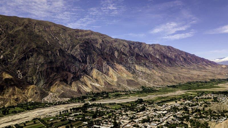 Village Maimara onder de kleurrijke rots Painter's Palette in Quebrada de Humahuaca valley Argentinië stock fotografie