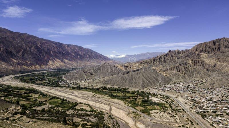 Village Maimara onder de kleurrijke rots Painter's Palette in Quebrada de Humahuaca valley Argentinië stock foto