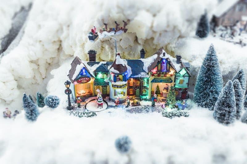 Village miniature de Noël pendant l'hiver photographie stock libre de droits