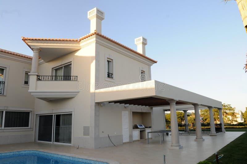 Village moderne avec le patio et la piscine de gril d'arrière-cour images libres de droits