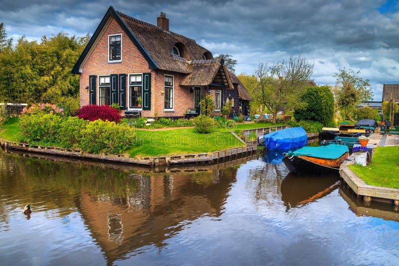 Village néerlandais fantastique avec le canal de l'eau et les bateaux, Giethoorn, Pays-Bas photos libres de droits