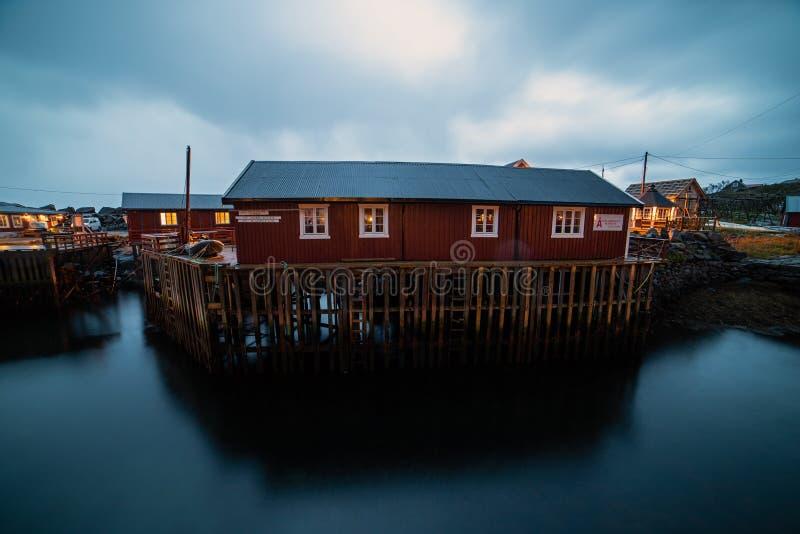 Village norvégien O la nuit photo libre de droits