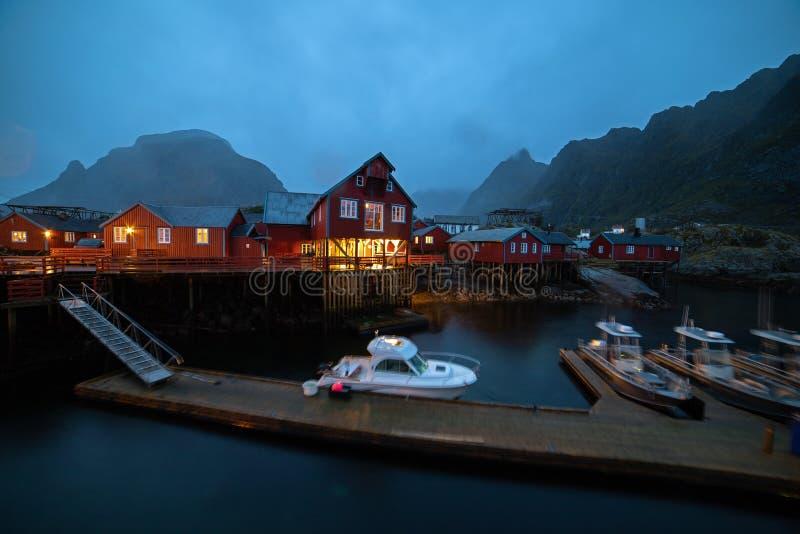 Village norvégien O la nuit image stock