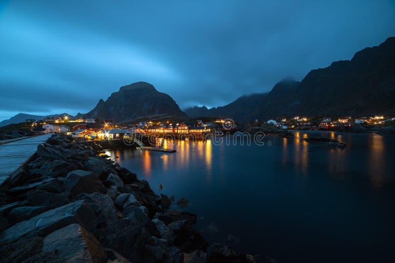 Village norvégien O la nuit photographie stock libre de droits