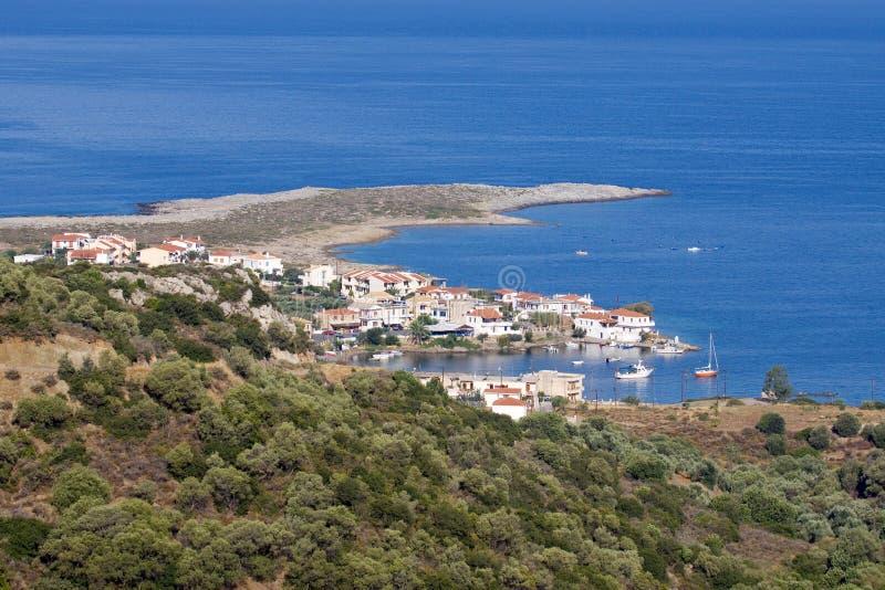 Village par la mer images stock