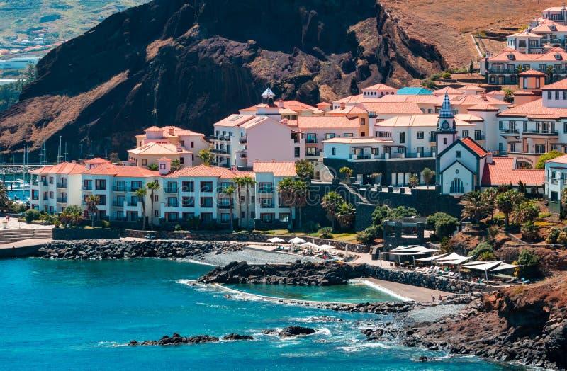 Village par la mer photo libre de droits