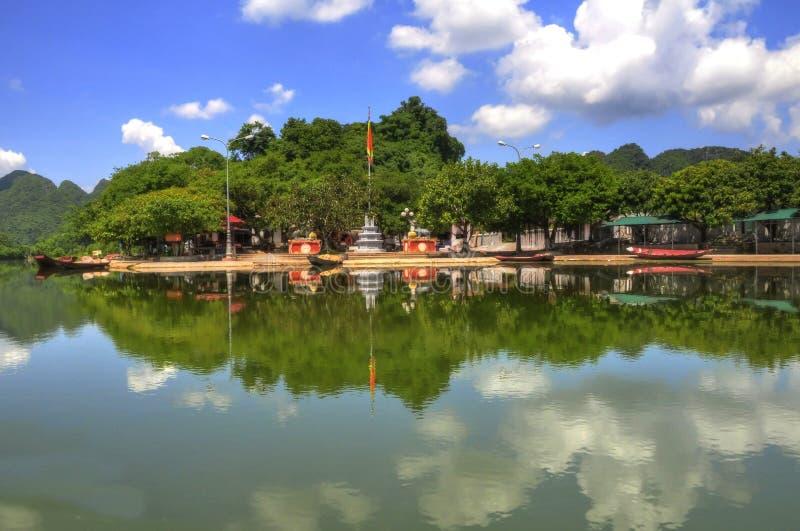 Village par la rivi?re (Vietnam) images libres de droits