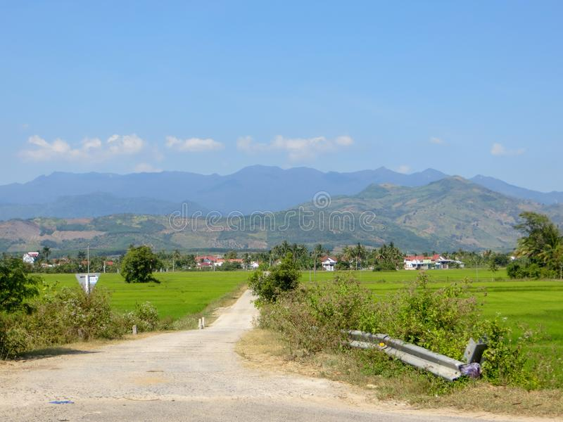 Village par la route photographie stock libre de droits