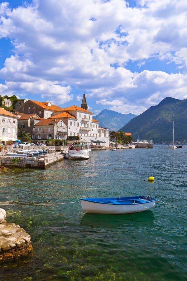 Village Perast an der Küste der Bucht von Boka Kotor - Montenegro lizenzfreie stockbilder