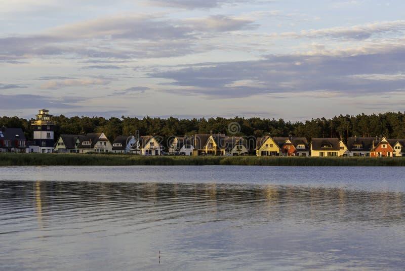 Village près d'un étang pendant le coucher du soleil en île de Rugen, Breege, Germa image libre de droits