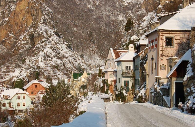 Village romantique avec la neige photographie stock libre de droits