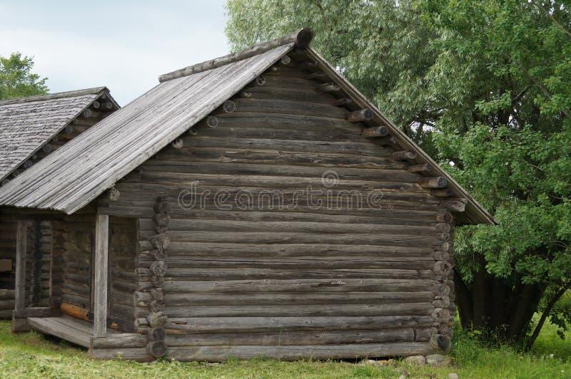 Village russe, architecture en bois, la maison et la grange pour le stockage des accessoires photos libres de droits