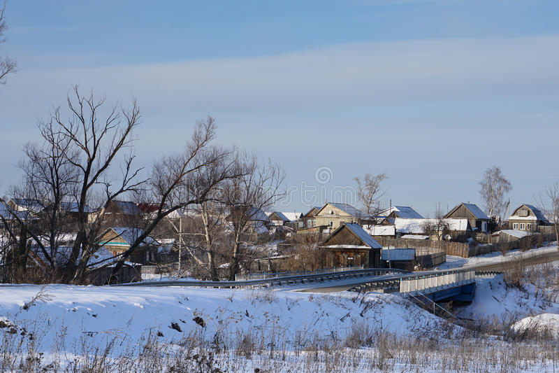 Village russe NIZHNE ABLYAZOVO en hiver dans la région de Penza photographie stock