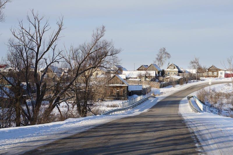 Village russe NIZHNE ABLYAZOVO en hiver dans la région de Penza photos stock