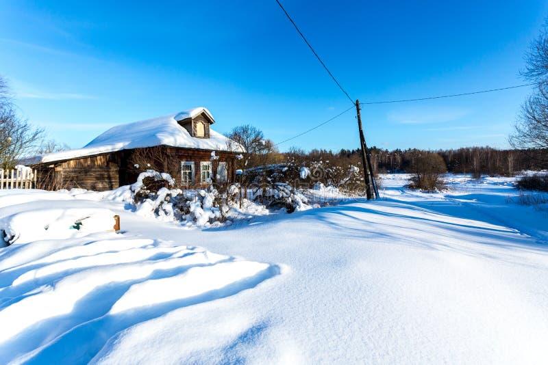 Village russe traditionnel en hiver neigeux de gel images libres de droits