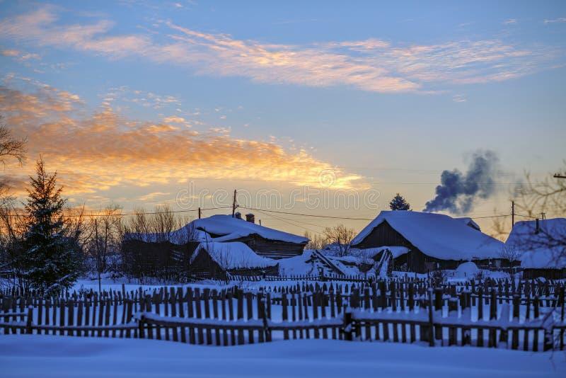 Village russe Visim de vieux-croyant dans la soirée d'hiver Région de Sverdlovsk, Russie image libre de droits