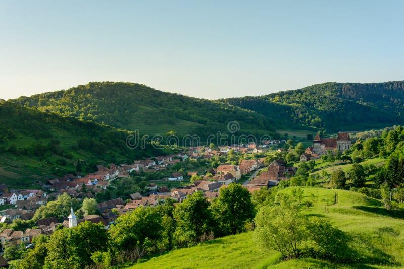 Village saxon de jument de Copsa avec son église enrichie, près de Biertan, le comté de Sibiu, la Transylvanie, Roumanie photo stock