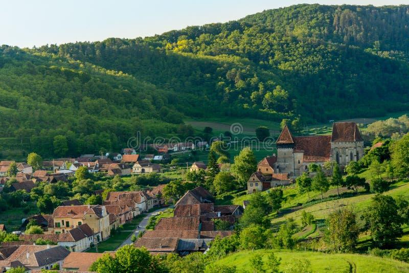 Village saxon de jument de Copsa avec son église enrichie, près de Biertan, le comté de Sibiu, la Transylvanie, Roumanie images libres de droits