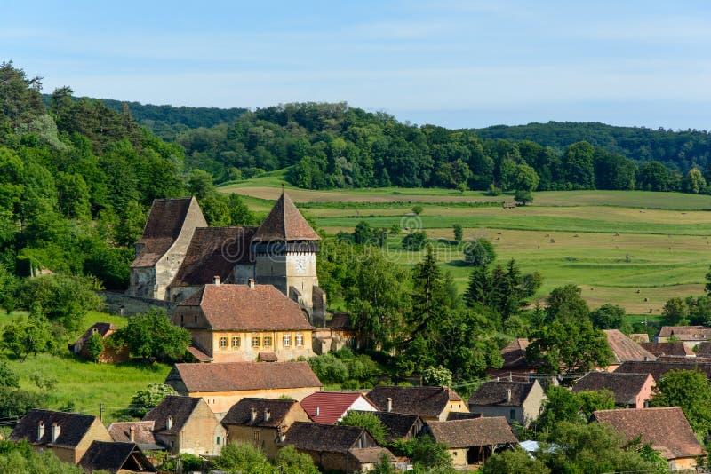 Village saxon de jument de Copsa avec son église enrichie, près de Biertan, le comté de Sibiu, la Transylvanie, Roumanie photos libres de droits