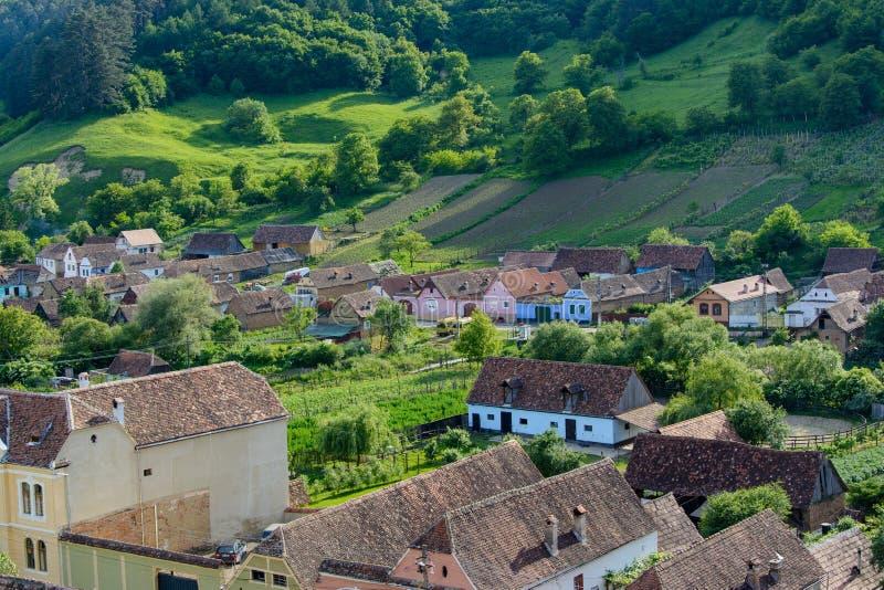 Village saxon de jument de Copsa avec son église enrichie, près de Biertan, le comté de Sibiu, la Transylvanie, Roumanie images stock