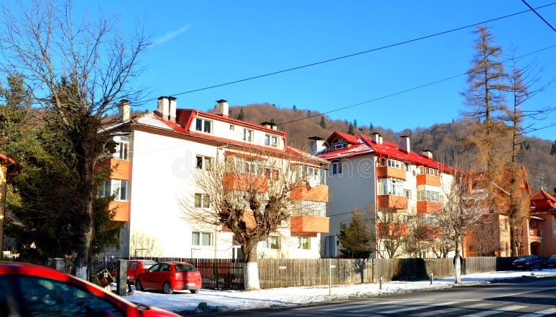 Village Sinaia, station de vacances d'hiver en montagnes de Bucegi en montagnes de Carpathiens image libre de droits