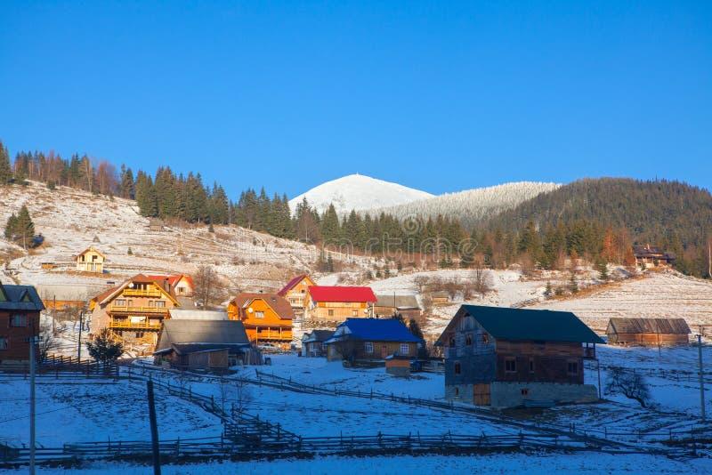 Village situé dans les collines image stock