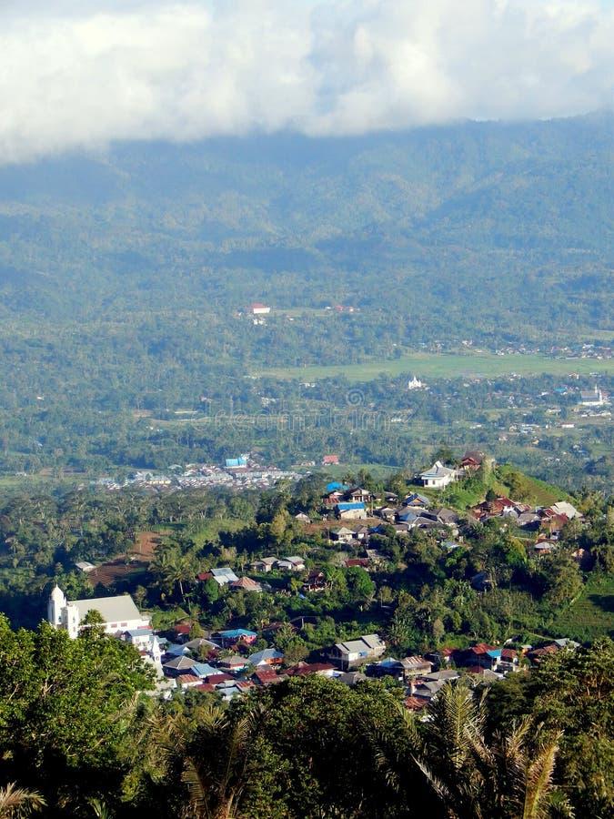 Village sur des collines image stock