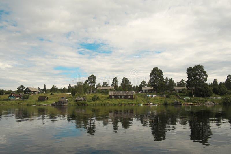Village sur la berge. image libre de droits