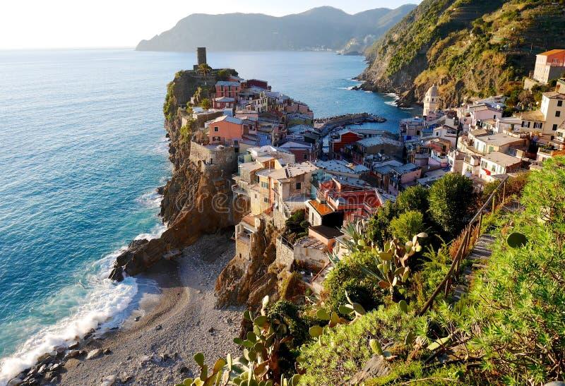 Village sur la falaise photos libres de droits