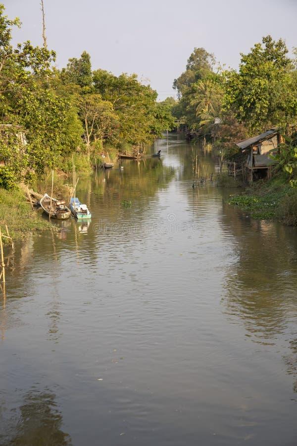 Village sur le bord de mer dans le delta du Mékong du Vietnam image stock