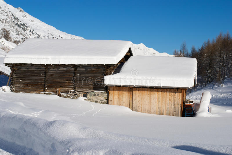 Download Village sur les Alpes photo stock. Image du congère, lointain - 45351994