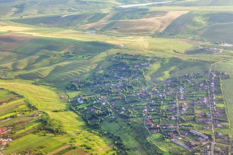 Village sur les collines vertes images stock