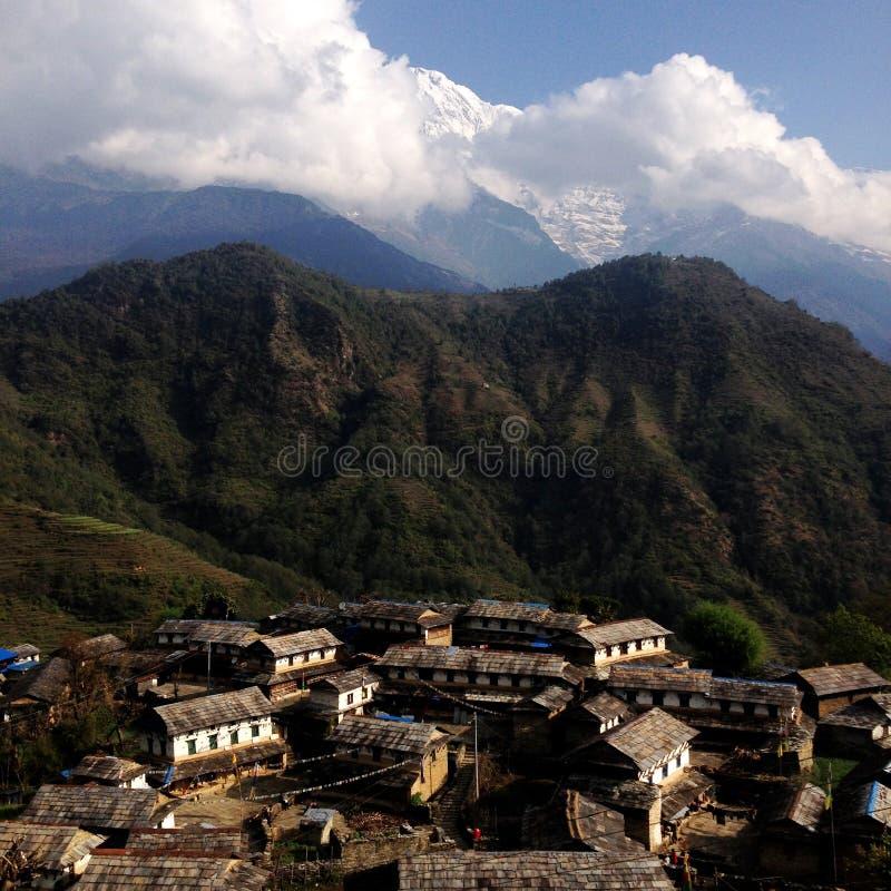 Village sur les montagnes du Népal photographie stock libre de droits