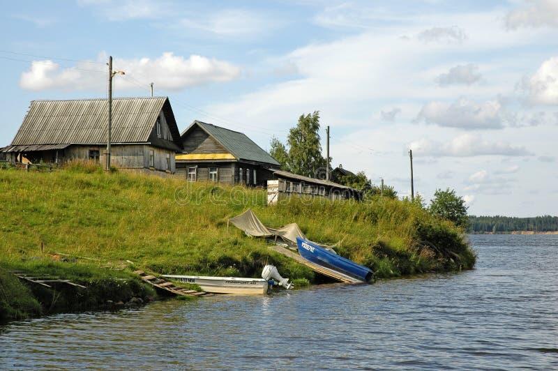 Village sur un lac image libre de droits