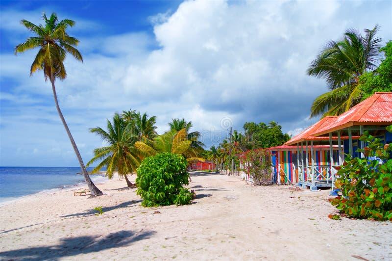 Village sur une plage sablonneuse dans les Caraïbe photographie stock libre de droits