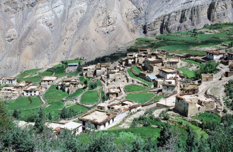 Village tibétain dans la vallée de Spiti, Inde avec le landsca de l'Himalaya image libre de droits