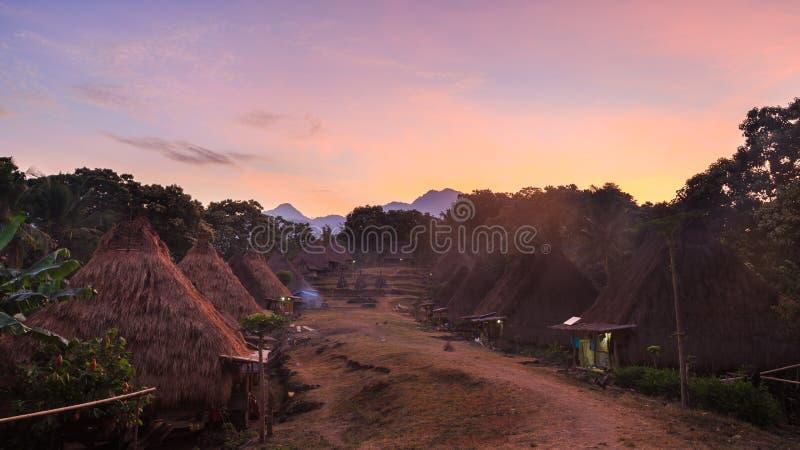 Village traditionnel dans la lueur du soleil de début de la matinée contre la SK photos libres de droits