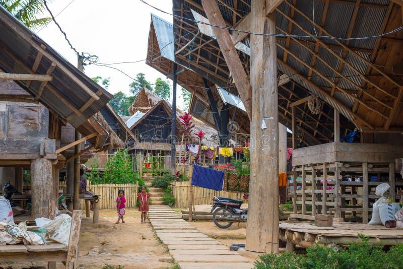 Village traditionnel de Ballapeu en Tana Toraja, Sulawesi du sud, Indonésie Le bateau de Tipical a formé des toits et le bois a d image libre de droits