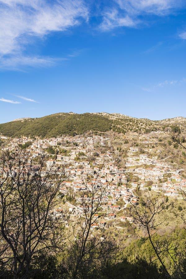 Village traditionnel de montagne pittoresque en Grèce photo stock