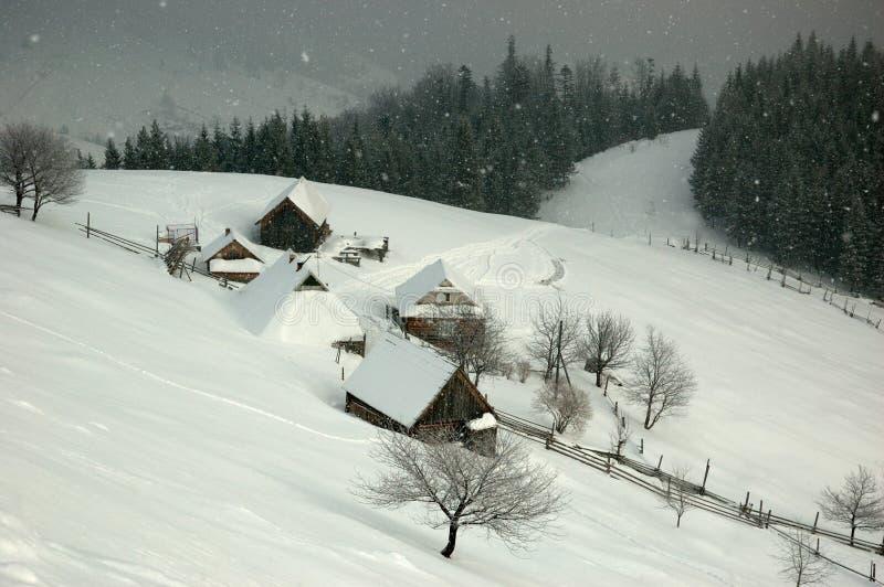 Village ukrainien couvert de neige, Ukraine occidentale photos libres de droits