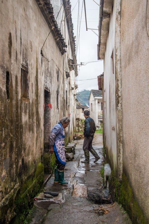 Villageois se tenant dans la ruelle étroite photographie stock libre de droits