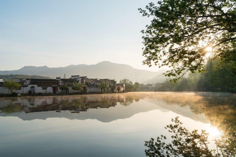 Villages antiques chinois dans le lever de soleil photographie stock