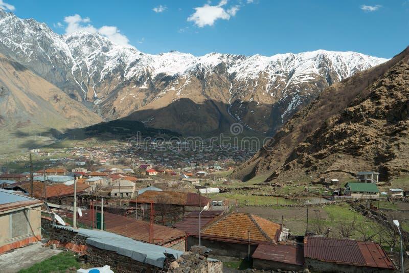 villaggi di Gergeti e Stepantsminda sullo sfondo delle montagne fotografia stock libera da diritti