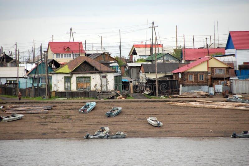 Villaggio ad entroterra Russia della costa del fiume di Kolyma immagini stock libere da diritti