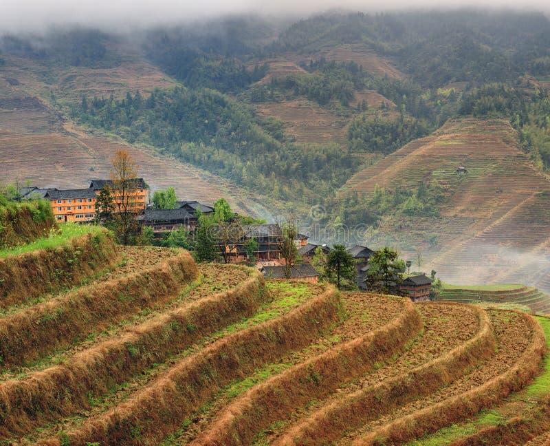 Villaggio agricolo dell'Asia delle risaie dei terrazzi del riso nel 'chi' delle montagne fotografia stock libera da diritti