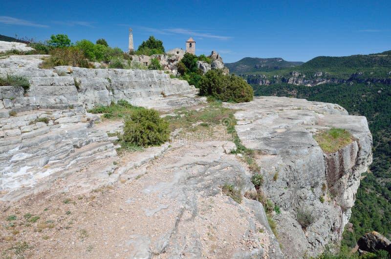 Villaggio antico Siurana sul pendio ripido fotografia stock libera da diritti