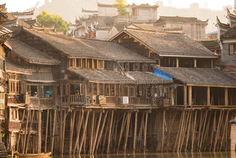 Villaggio Asiatico Storico Camere Di Legno Sopra L\'acqua ...