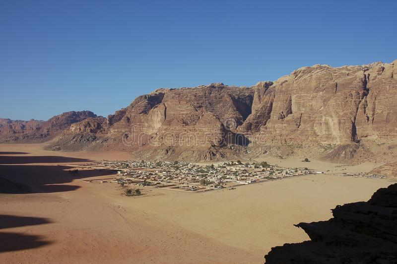 Villaggio beduino in rum dei wadi, Giordano immagini stock