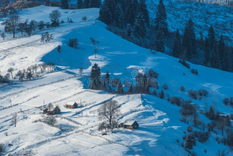 Villaggio carpatico di inverno immagine stock